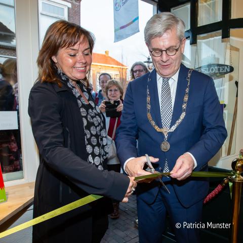 Charlie Aptroot en de voorzitter van de vereniging de wereldwinkel, Yvette Feeke